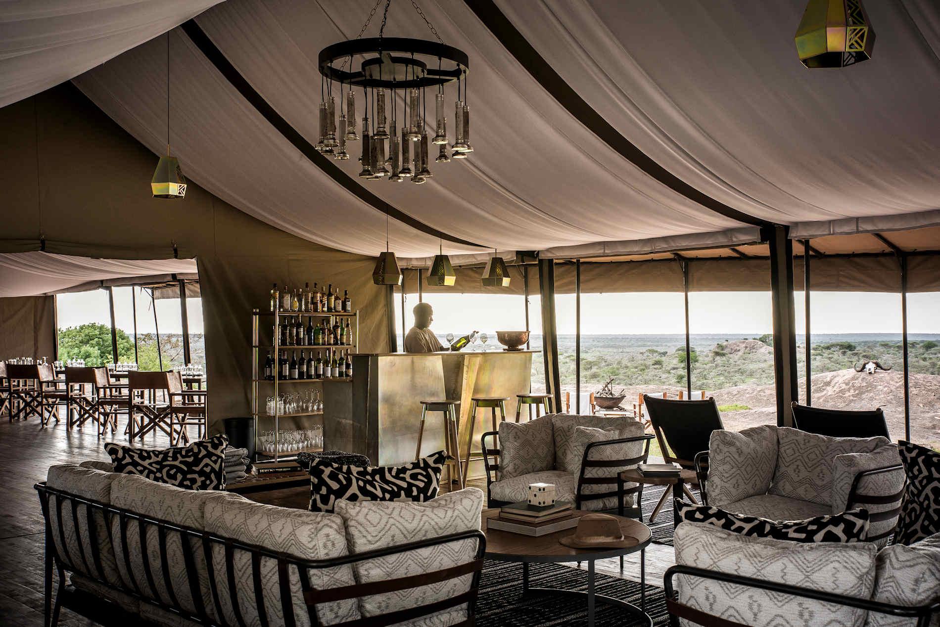 Wohnzimmer und Bar, Sanctuary Kichakani Serengeti Camp, Tansania